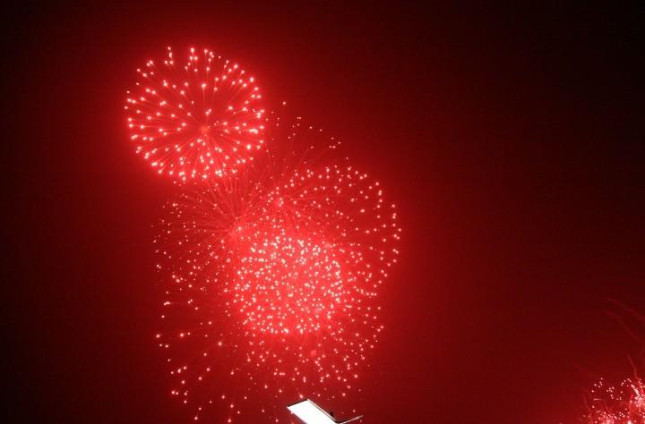 熊猫烟花点亮墨子故里  火红的烟花绚丽多姿  火树银花给人如梦如幻的感觉  熊猫烟花璀璨开放  烟火燃放引来摄影爱好者 玉兔迎春辞旧岁,火树银花万象新。2月17日,由滕州市委、市政府举办,熊猫烟花集团股份有限公司投标负责燃放的2011幸福滕州第二届元宵节大型激光焰火音乐晚会,为市民带来了一场烟花视觉艺术的盛宴。广大市民怀着幸福感、自豪感纷纷来到龙泉广场尽情欣赏焰火的华章。省旅游局,枣庄、滕州的各级领导以及来自全国各地参加枣庄二日游活动的旅行社负责人和游客共同观看了焰火晚会。   晚8时许,随着点火按纽