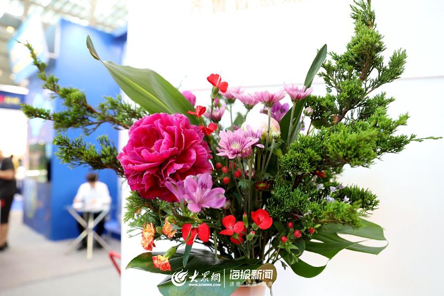 据袁乃夫介绍,插花所用的花材都是从山东空运到深圳的。.jpg