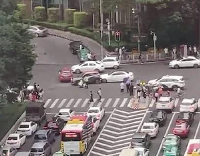 21日,广州一奔驰闯红灯冲入斑马线人群致13人受伤.jpg